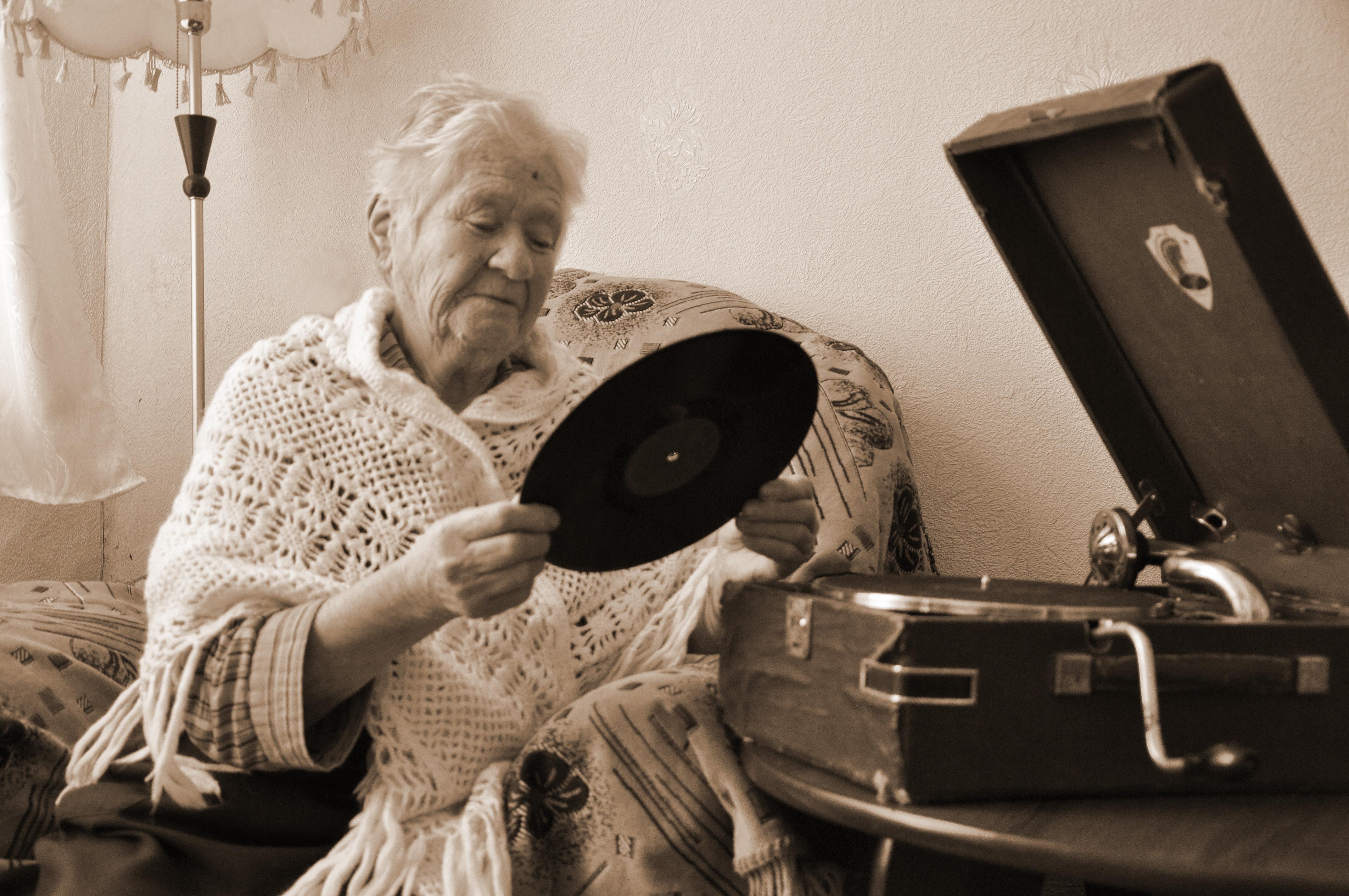Бабушка отложи ты свое вязание заведи старый свой граммофон 677
